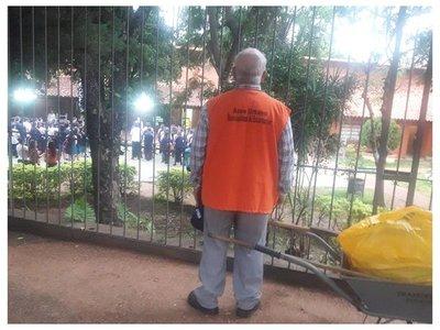 Abuelito hizo una pausa en su trabajo para cantar el himno con alumnos