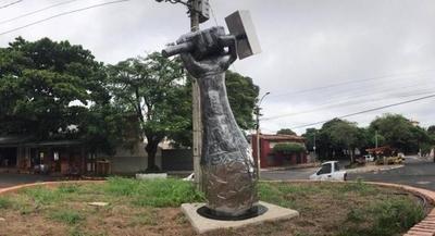 """HOY / Escultura de un mazo en barrio Obrero desata disparos contra Mario: """"Sos un asco zurdo"""""""