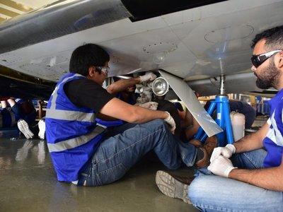 Forman a mecánicos en aviación después de 26 años