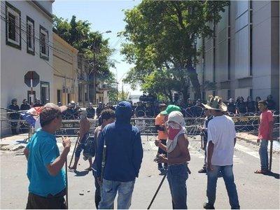 Aumenta tensión entre policías e indígenas de Tacuara'i
