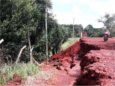 Raudales desmoronan acceso a un puente y vecinos cierran una ruta
