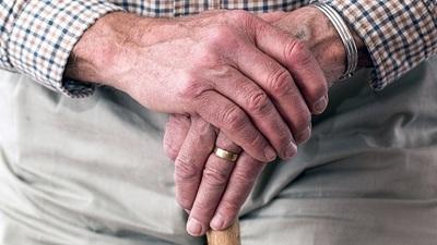 Detienen a adulto mayor por manosear a adolescente