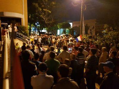 Se manifiestan frente a la ANDE de Oviedo
