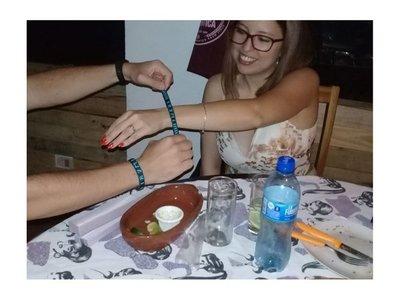 Pareja selló su compromiso con pulseritas indígenas