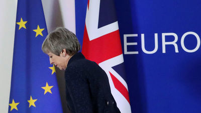 Theresa May bajo amenaza mantiene negociaciones de crisis sobre Brexit