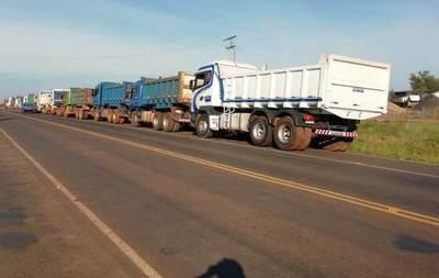 Camioneros aplican medida de fuerza ante falta de cobro por servicios prestados