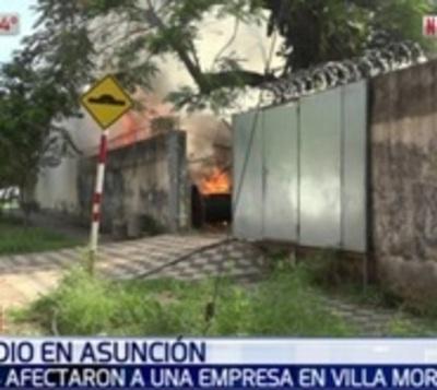 Incendio consume depósito de empresa en Villa Morra