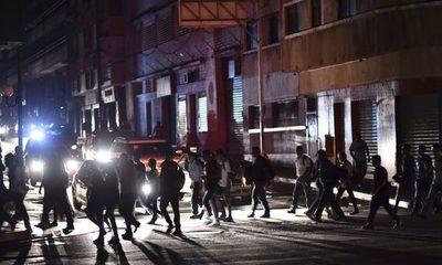 Gobierno en disputa de Venezuela suspende clases y labores por nuevo apagón