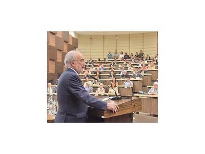 Director de la Real Academia presenta material en BCP