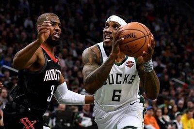 Bucks ganan a Rockets duelo de líderes