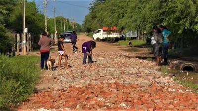 Vecinos de Cruce Pioneros reparan calles a base de hamburgueseada