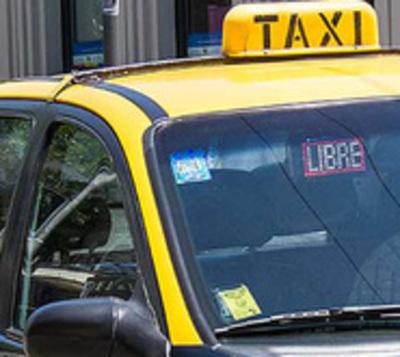 Taxistas amenazaron con piedras a conductora de MUV