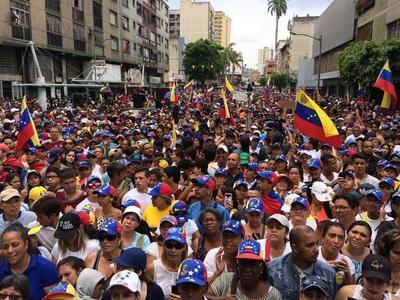 Miles de venezolanos protestan en las calles ante la falta de luz