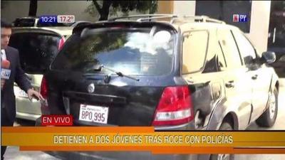 Detienen a jóvenes tras fuerte roce con vehículo policial