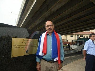 Placa oficial en memoria de Rodrigo Quinta se instala en el superviaducto