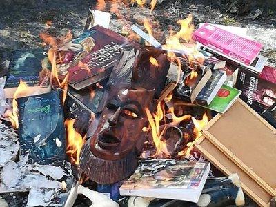 Sacerdotes católicos polacos queman libros de Harry Potter