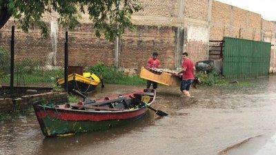 Con canoas intentan rescatar sus muebles