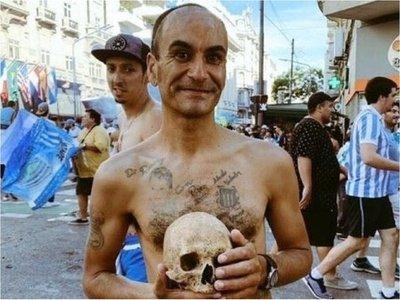 Llevó el cráneo de su abuelo a los festejos por el título