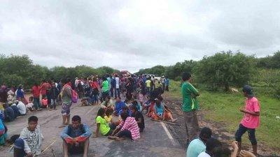 Indígenas cierran la Transchaco en reclamo a víveres – Prensa 5