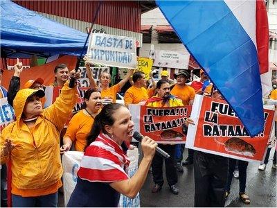 Ni la lluvia detiene escraches contra Enrique Bacchetta
