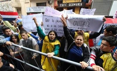 """HOY / Estudiantes de 29 colegios se movilizan y exigen interpelar a Petta: """"No acepta su error"""""""