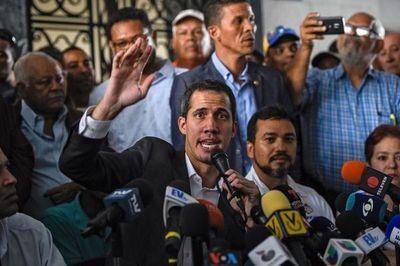 Guaidó bajo amenaza de arresto acusado de usurpar funciones de Maduro