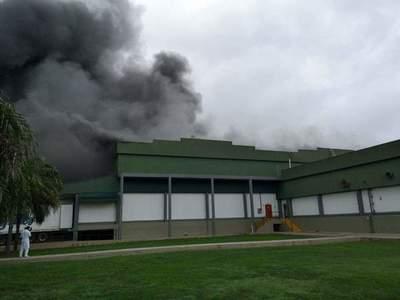 Incendio de gran magnitud afectó al frigorífico de Chortitzer