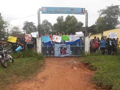Estudiantes cierran colegio en Horqueta
