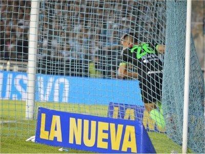 Matías Rojas marca un gol en la fiesta de Racing