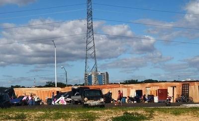 HOY / Abrupta crecida del río: damnificados huyen y van a instalarse a la Costanera