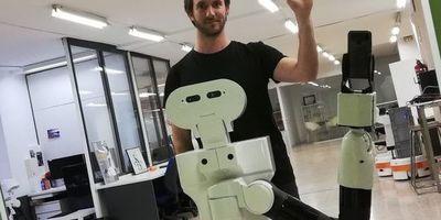Tiago, un robot que se reconoce en el espejo
