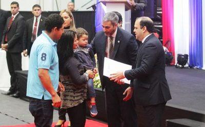 Gobierno entrega contratos de inmuebles a familias del departamento Central