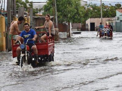 Con promesas de soluciones definitivas, Gobierno busca calmar a inundados
