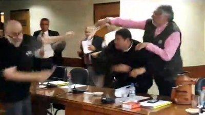 Vergonzosa pelea en Senado – Prensa 5