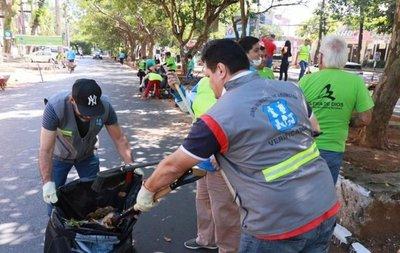 Funcionarios administrativos de la Muni limpian calles de Asunción
