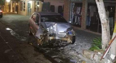 San Ignacio: Joven ebrio chocó por una columna de la ANDE