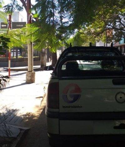 Vehiculo del Estado cubre rampa y franja