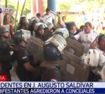Turba crea incidentes fuera de la Municipalidad de J. A. Saldívar