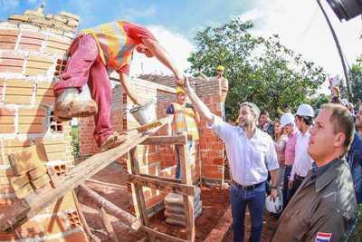 Presidente verificó viviendas y rehabilitó puesto de salud en Salto del Guairá