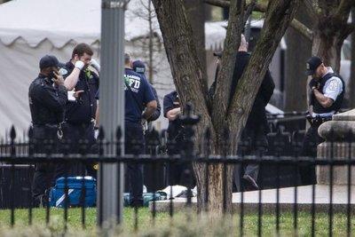 Una persona intenta prenderse fuego frente a la Casa Blanca