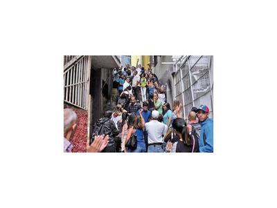 Guaidó distribuye la ayuda humanitaria en la principal favela