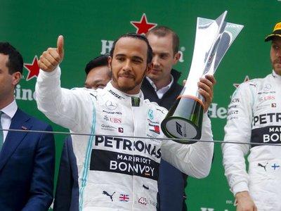 Hamilton gana en China y toma el liderato del Mundial de F1