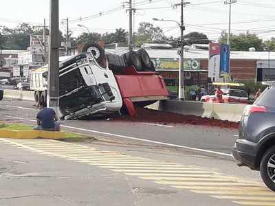 Carrera de camiones termina en vuelco