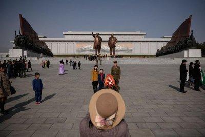 Norcoreanos homenajean a Kim Il Sung en el Día del Sol