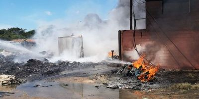 Intentan sofocar incendio en Mariano Roque Alonso