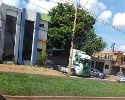 Camión obstaculiza vereda