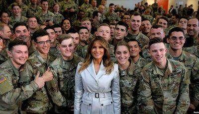 Melania Trump rinde homenaje a familias militares
