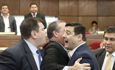 HOY / Polémico Martes Santo en Senado: liberales se tratan de ladrones y casi llegan a los golpes