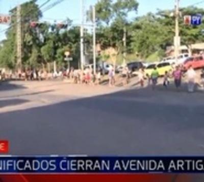 Damnificados cierran avenida Artigas en reclamo de asistencia
