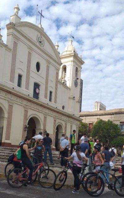 Recorren las siete iglesias en bicicleta